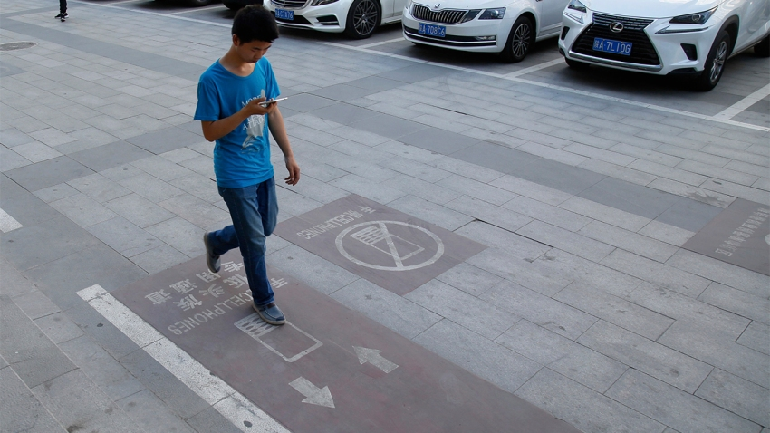 [WEB ONLY] CHINA XI'AN SIDEWALK LANE FOR SMARTPHONE USERS