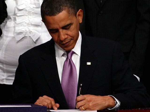 obama signs health bill-640