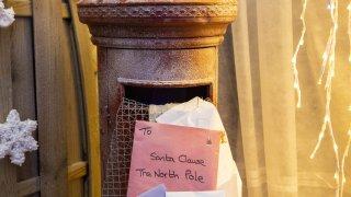 Un buzón del correo donde niños pueden poner sus cartas a Santa Claus.
