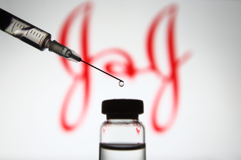 Johnson & Johnson dijo el miércoles que un lote de su ingrediente clave de la vacuna no cumplía con los estándares de control