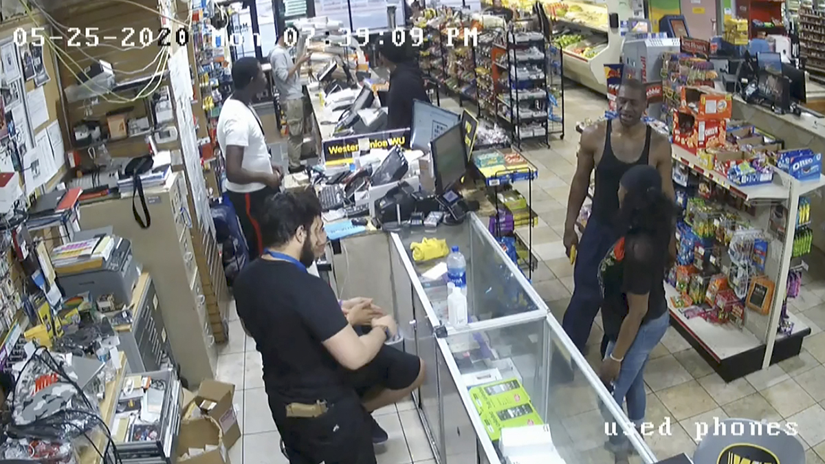 l cajero de la tienda de conveniencia a quien George Floyd le entregó un billete de $ 20 falsificado
