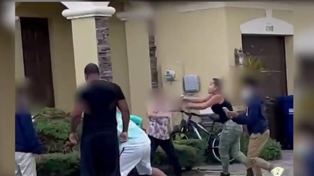Padres arrestados después de una pelea captada por la cámara en el vecindario de Doral