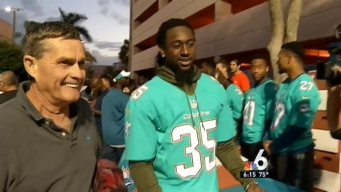 Dolphins Players Distribute Thanksgiving Meals to Families