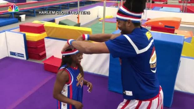 [NATL] Simone Biles Learns to Dunk With the Harlem Globetrotters