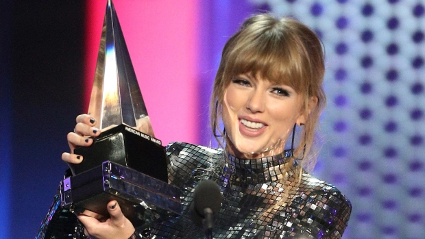 [NATL] 'Get Out and Vote': Taylor Swift Gets Political at the 2018 AMAs