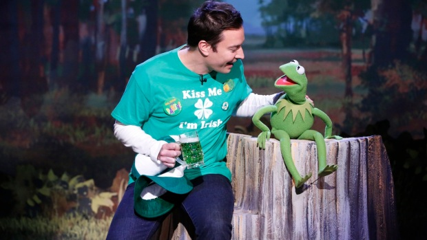 """Kermit and Fallon Sing """"Bein' Green"""""""