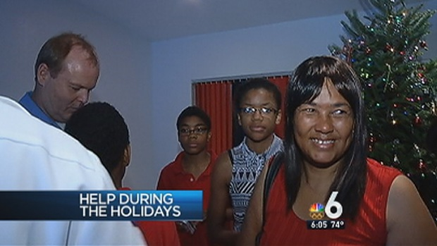 [MI] Lauderhill Firefighters Make Christmas Merry for Local Family