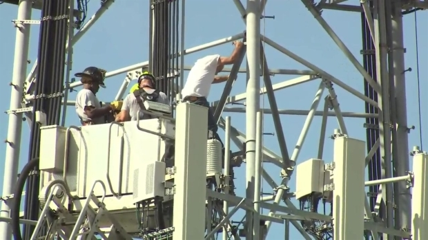 [MI] RAW: Man Climbs Down From Hialeah Cellphone Tower