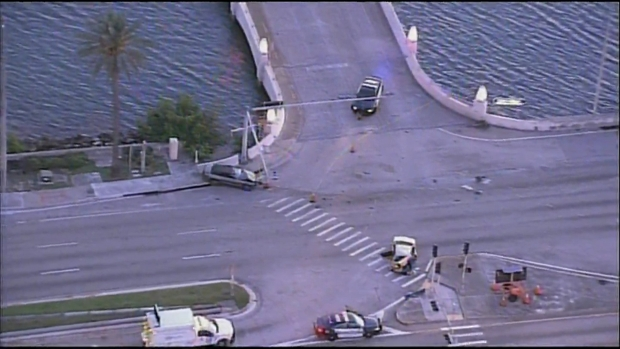 [MI] Fatal Crash Closes Lanes of MacArthur Causeway