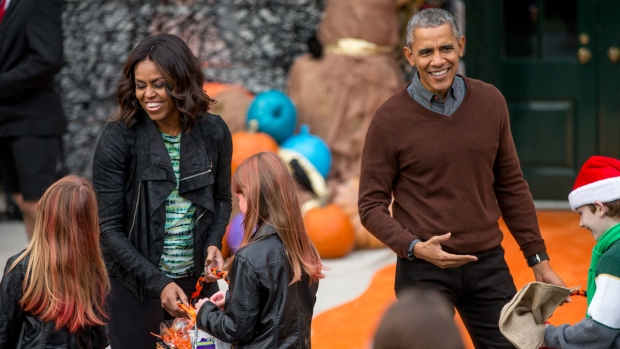 [NATL] Obamas Greet White House Trick-or-Treaters