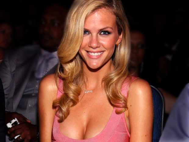 [MODEL] Model Brooklyn Decker Spills Her Bag and Shows Her Goods