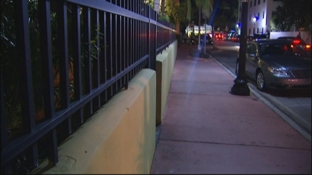 [MI] Three Rob Man With Submachine Gun Behind Miami Beach Hotel: Cops