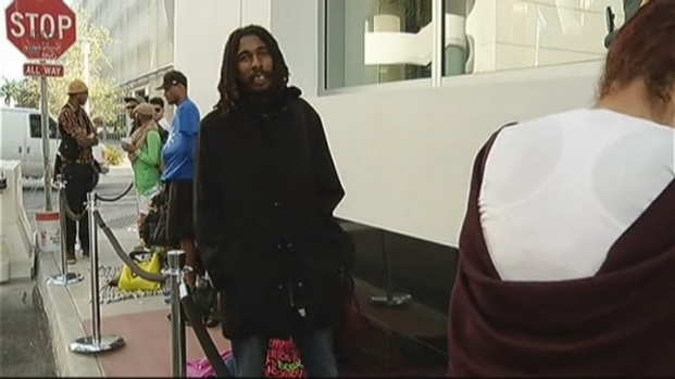 [MI] Shoppers Wait Overnight for New Miami Beach H&M Store Opening