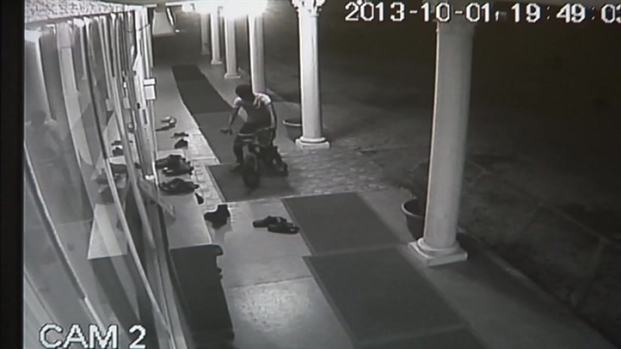 [MI] RAW VIDEO: Suspect Steals $150 Air Jordans Outside Pembroke Pines Mosque