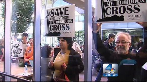 [LA] Demonstrators Fight for Rubidoux Cross, Targeted in Lawsuit
