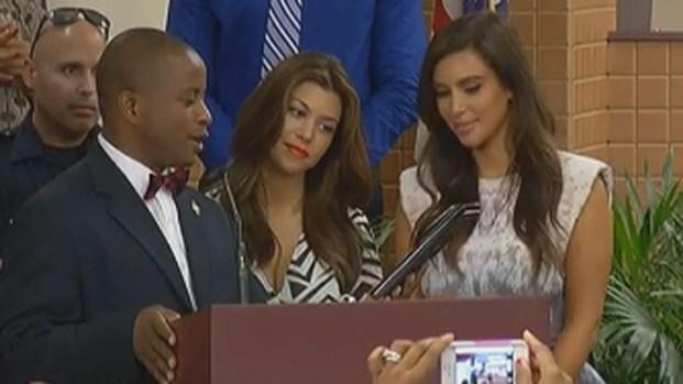 [MI] Kim and Kourtney Kardashian Get Keys to North Miami