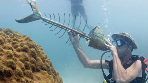 [MI] Snorkelers Listen to Music Under the Sea