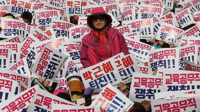 Hundreds of Thousands Rally in Seoul to Demand S. Korean President's Ouster