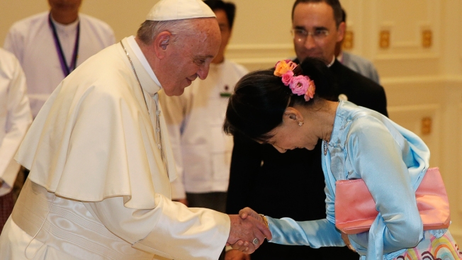 Pope Meets Suu Kyi on Myanmar Refugee Crisis Amid UN Outcry