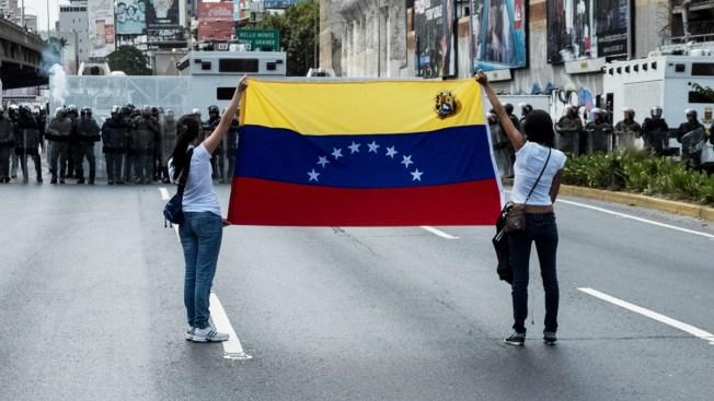 Opposition Blocks Roads in Venezuelan Capital