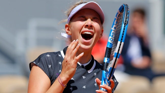17-Year-Old American Anisimova Beats '18 French Open Champ Halep, Moves to Final Four