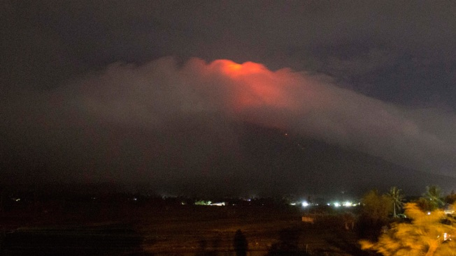 15000 flee villages below Philippines' most active volcano at Mount Mayon