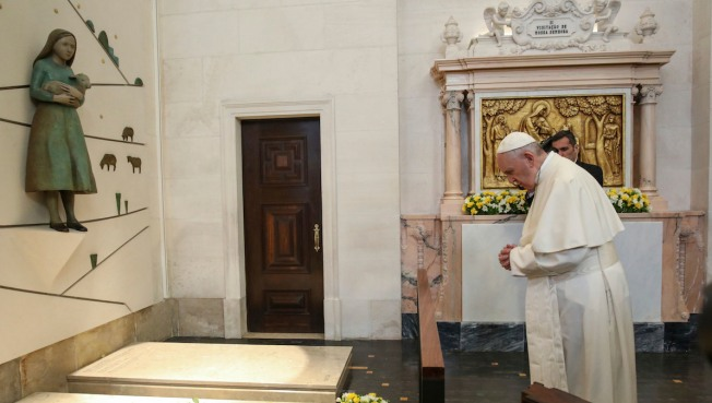 Pope blesses child in the womb on way to Portugal