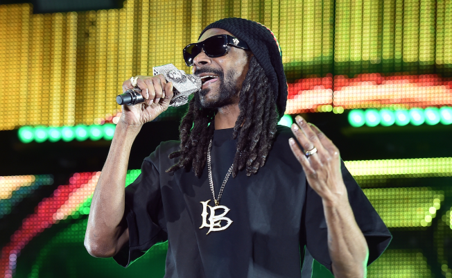 Snoop Dogg Gives Kobe Bryant Lakers-Themed Car as Retirement Gift