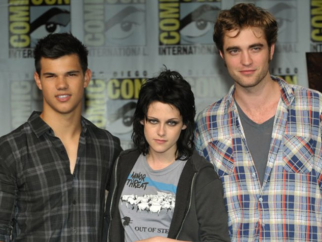 'Twilight Saga: New Moon' Stars Headed Out On 15-City Mall Tour