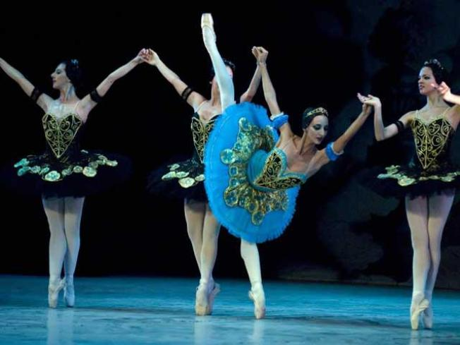 Cuban Ballet Master Gives Classes in U.S. for First Time