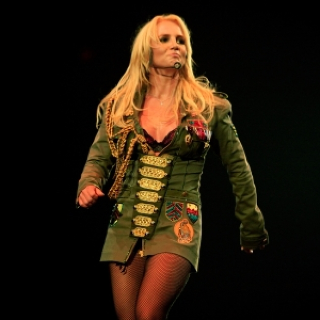 Britney Delights Shoppers At Florida Mall