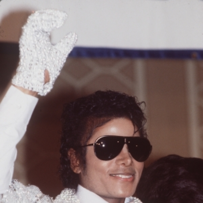 Michael Jackson To Be Laid To Rest With Signature White Glove; La Toya 'Heavily Involved' In Death Investigation