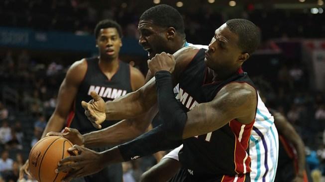 Anthem singer at Heat-76ers game kneels during performance