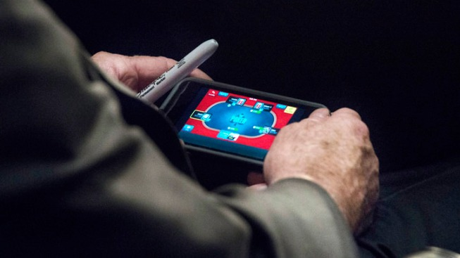 McCain Plays Poker on iPhone During Syria Hearing