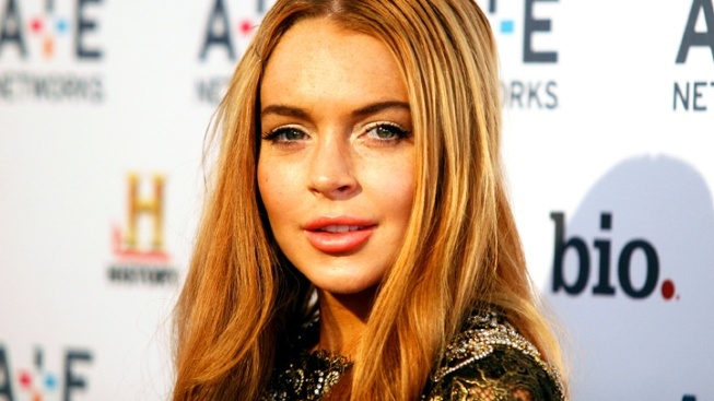 "Lindsay Lohan Gets Into Bed With Charlie Sheen on ""Anger Management"""