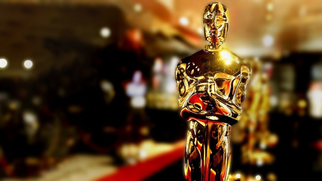 Students Replace Models as Oscar Trophy Carriers