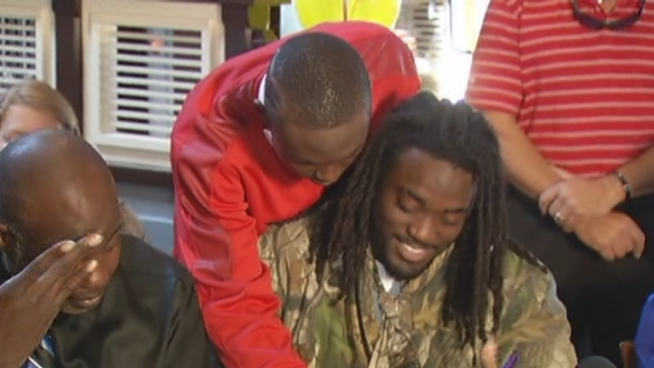 College football prospect Alex Collins announced Thursday he was signing with the University of Arkansas. Watch raw footage of the event.