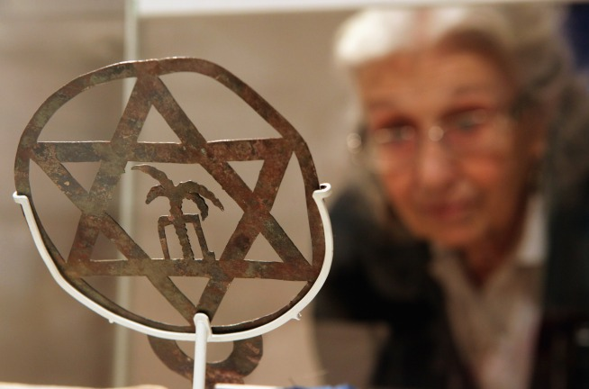 Woman Sold Holocaust Survivors' Info: SAO